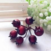 Декоративные ягодки шиповника, красный